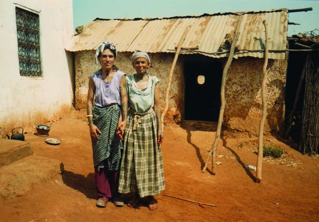 2.Loretta Leu avec la tatoueuse Aicha Bent Hamadi en 1988